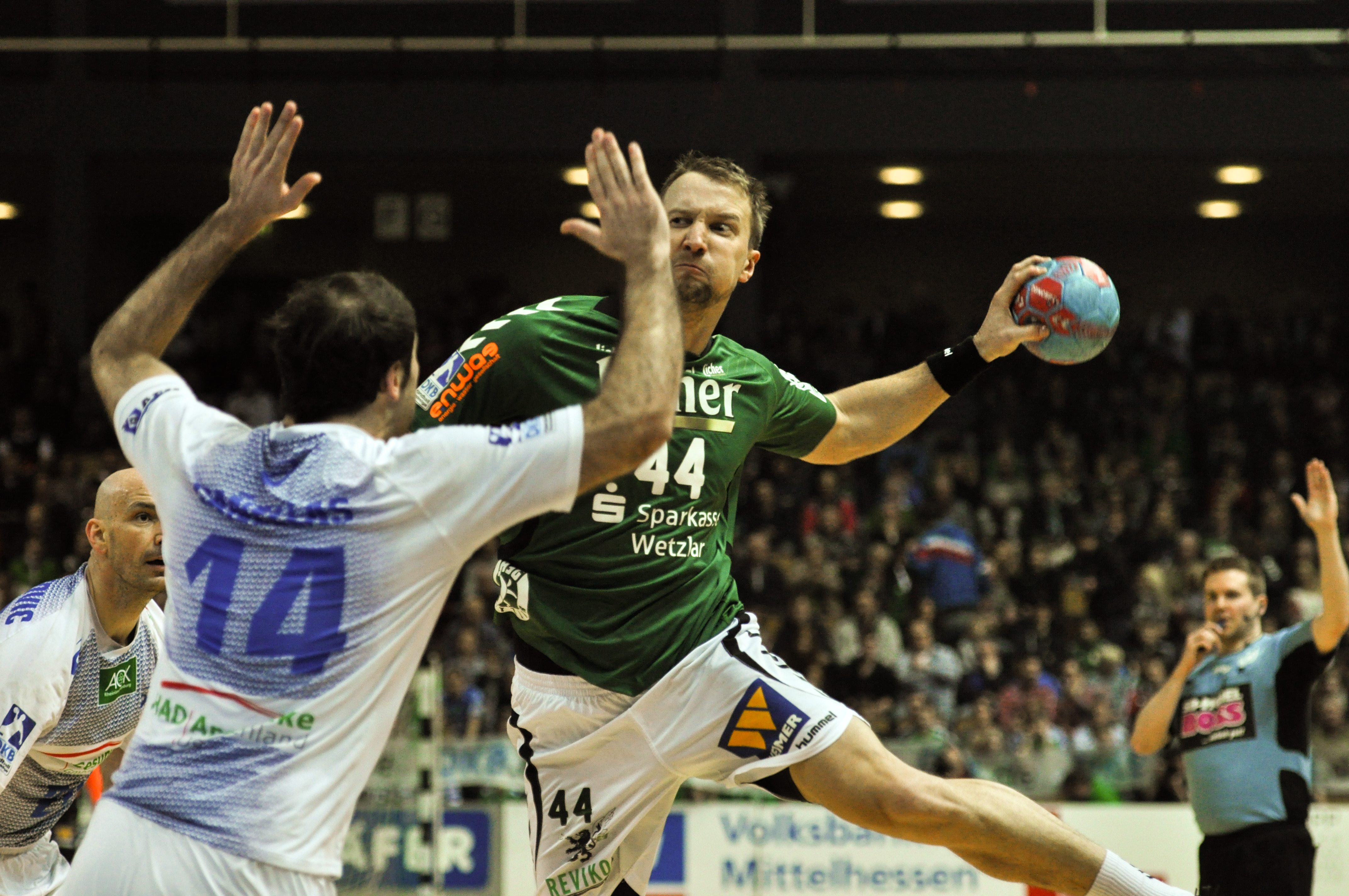 Evars_Klesniks_throwing_1_DKB_Handball_Bundesliga_HSG_Wetzlar_vs_HSV_Hamburg_2014-02_08_013
