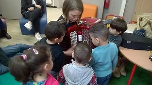 ateliers d'éveil musical à la Maison des Parents de Bagnols sur Cèze , gérée par l'association Mosaïque en Cèze.