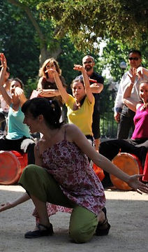Laura Dorna. Bailarina y artista de PerkImBa Cia cursos y talleres ritmo y movimiento perkimba kids