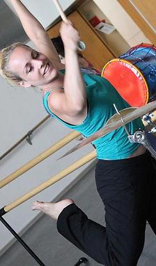 Alyssa Hochstätter. Músico, actriz y artista invitada en PerkImBa Cia