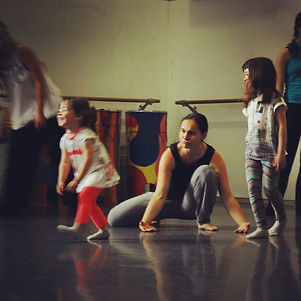 Roser Navarro. Artista PerkImBa Cia. Cursos y tallers ritme y moviment perkimba kids