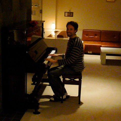 Vista de Pablo  tocando el piano en una clínica en japón