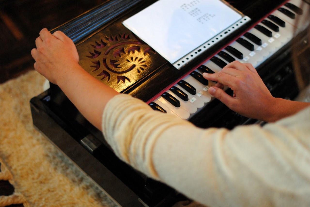 Harmonium spelen - Landgoed de Leonardushoeve