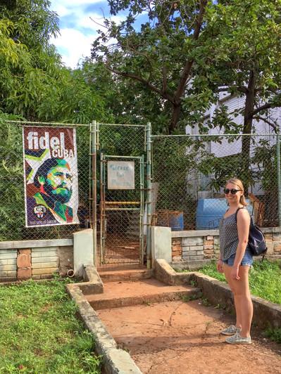 Sarah devant un poster de Fidel.jpg