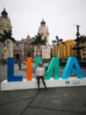 Sarah sur la Plaza de Armas à Lima
