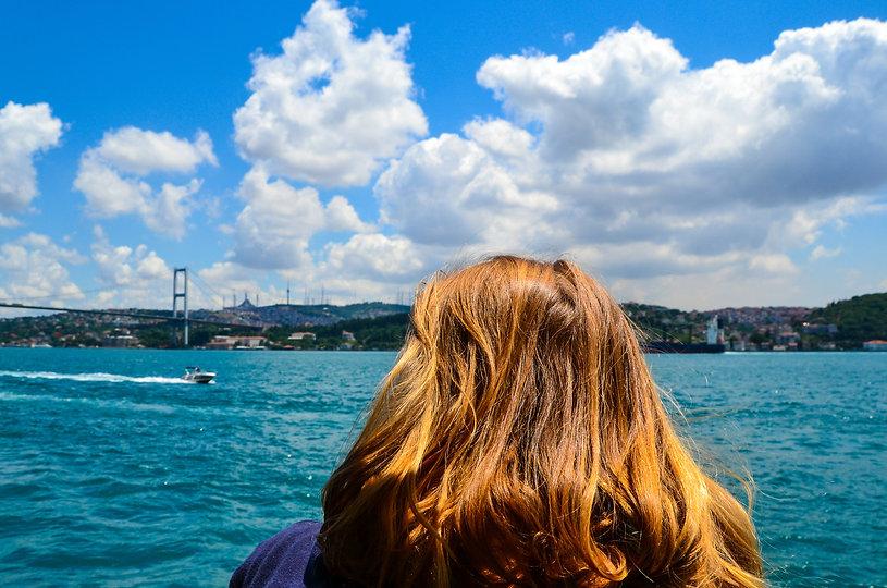 Sarah face au Bosphore - contrées lointaines - voyages