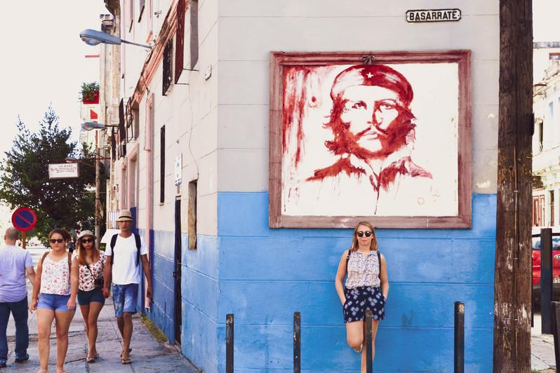 Sarah devant un Tableau du Che dans Vedado