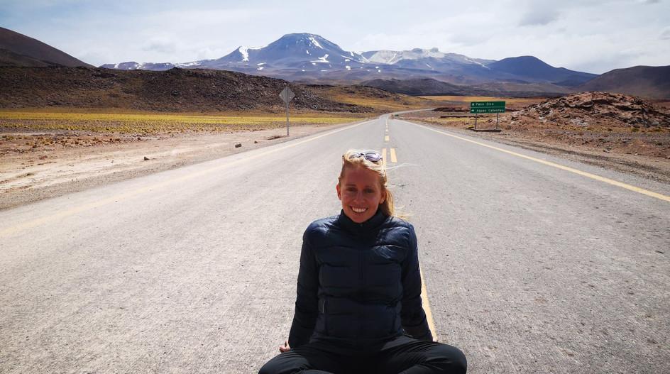 Sarah sur la route à Atacama