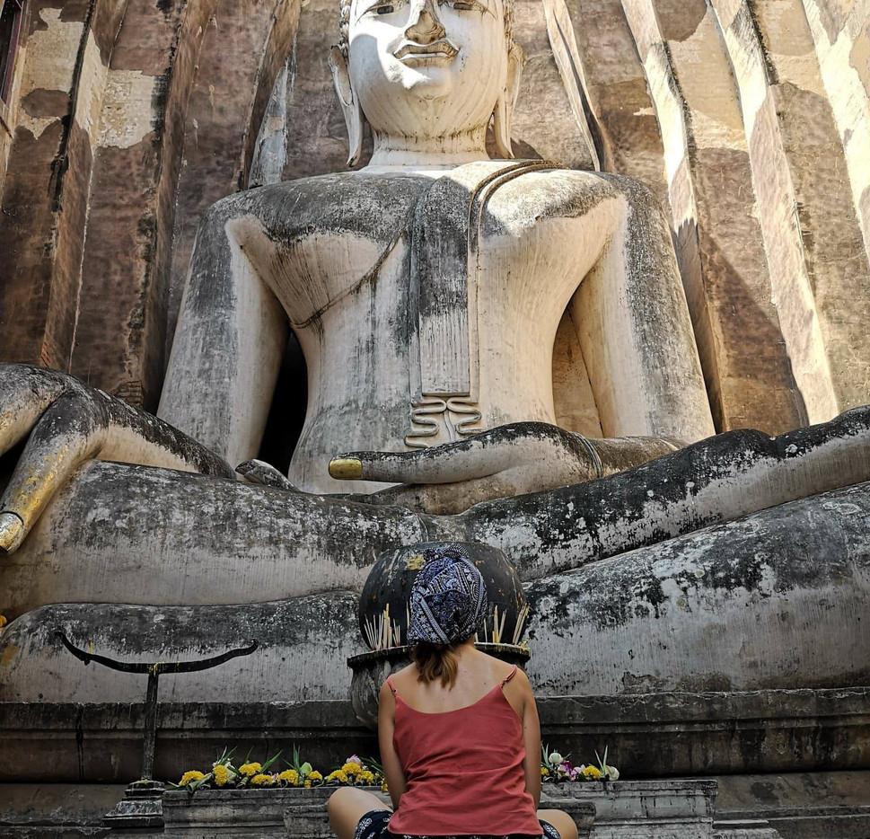 Sarah en pleine méditation à Sukhothai