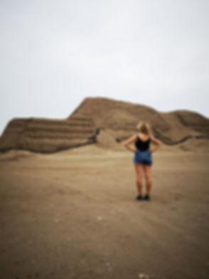 Sarah devant le Huaca del Sol