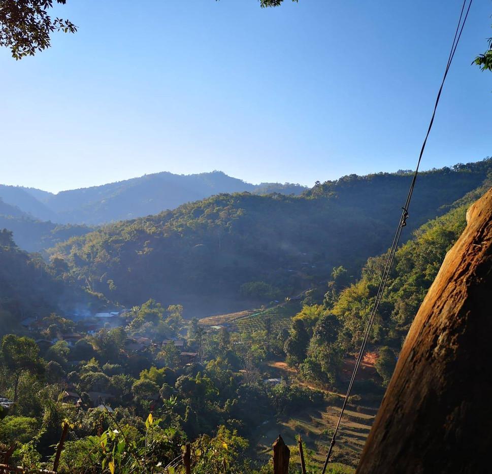 Vue sur la vallée pendant la marche chez