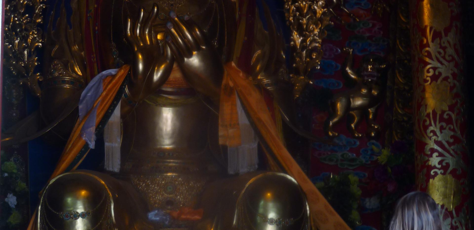 Une petite fille devant le futur  Bouddh