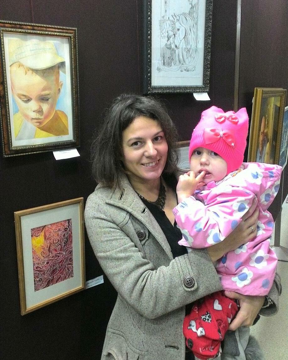 Я с Крошкой-Мирошкой на выставке на фоне портрета Мечеслава