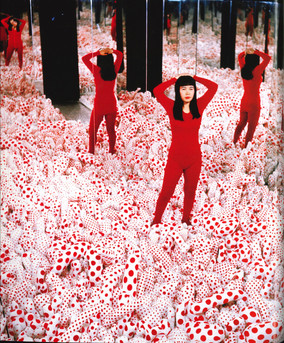 Abb. 5: Fotograf*in unbekannt, Yayoi Kusama in der Installation Infinity Mirror Room – Phalli's Field, Castellane Gallery, 1965.