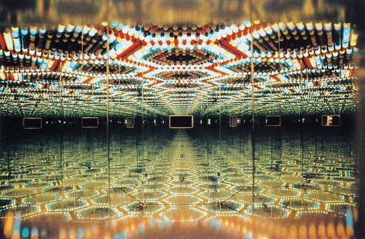 Abb. 6: Yayoi Kusama, Peep Show, 1966, Rostfreier Stahl, Spiegel und Glühbirnen, 200 x 107 x 101,9 cm, New York, Courtesy Robert Miller Gallery.