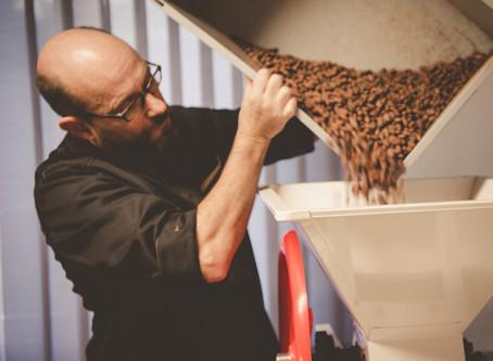 Wie 100% handgemachte Schokolade entsteht – Folge 3: Bohnen crashen und Schalen-Trennung