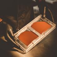 ...und in der Form solage gedreht und «gerüttelt», bis die Form perfekt ausgefüllt und die Schokoladenmassen ohne Luftbläschen ist.