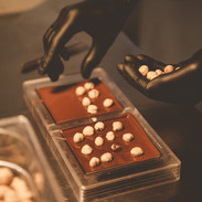Jede Nuss wird einzeln auf die Schokoladenmasse gelegt...