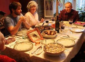 Experta de Harvard explica beneficios de cenar en familia sin celulares