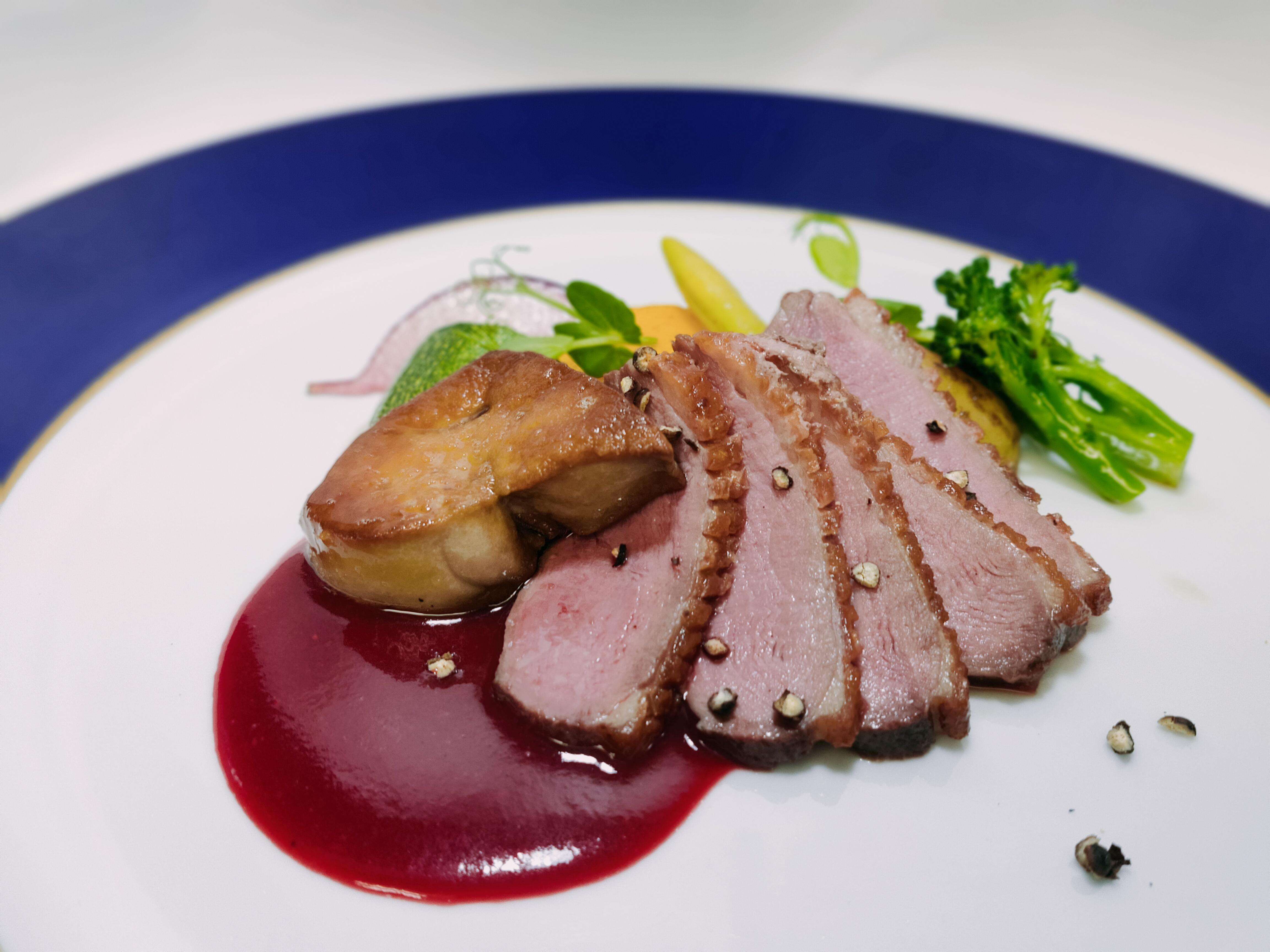 鴨の胸肉とフォアグラのソテー ビーツのソース