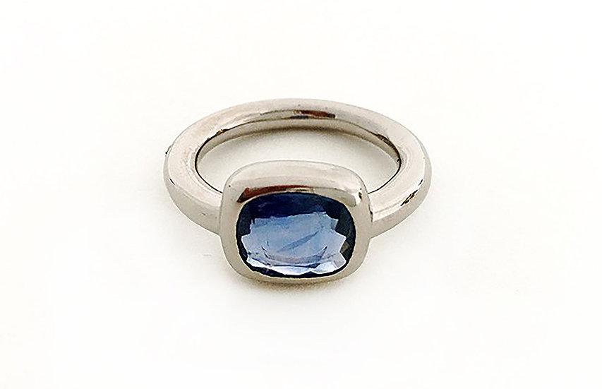 Ring mit Saphir blau
