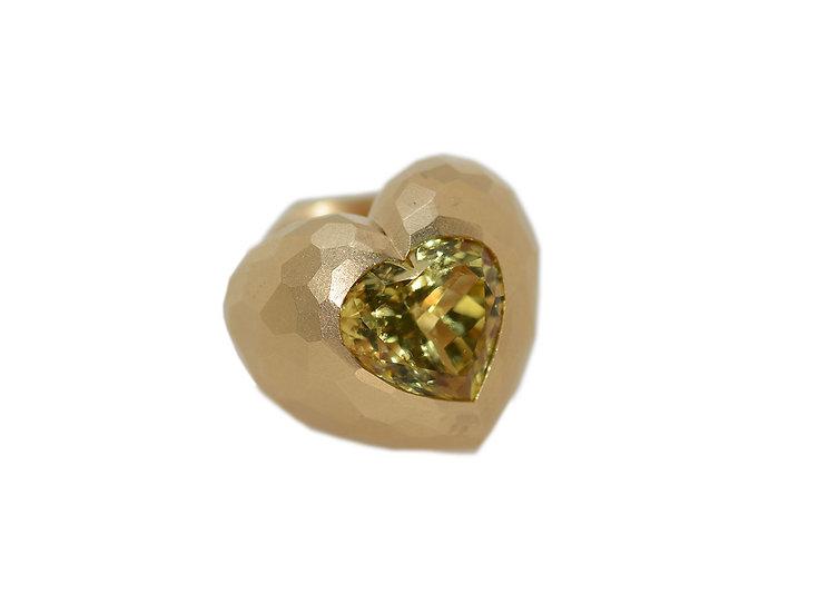Ring mit einem herzförmigen gelben Beryll