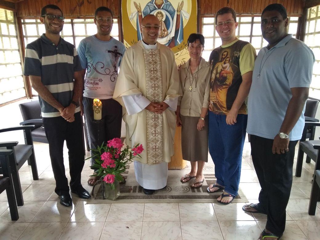 Pré-diáconos, com o padre Roberto Benvindo e a Irmã Annette Havenne, durante o retiro