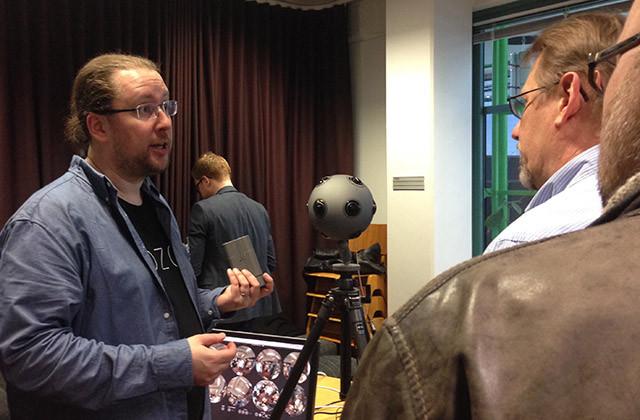 Vesa Rantanen esittelee Nokian OZO 360-kameraa.