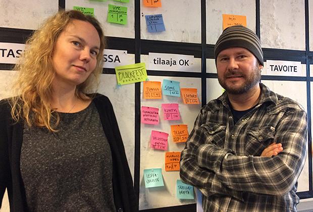Ylen graafikot Heidi Grönroos ja Petri Kärenlampi kanban-taulun äärellä. Kuva: Pauliina Leino