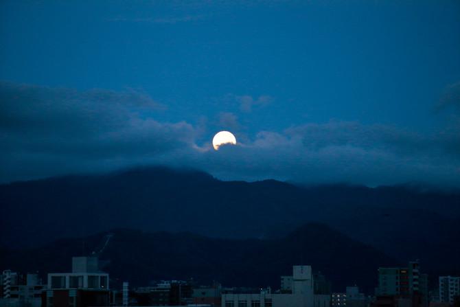嵐明けの月