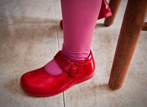 Kurssikynä: Kinttuaville sukkahousuille, sateenkaarenvärisille vesipisaroille