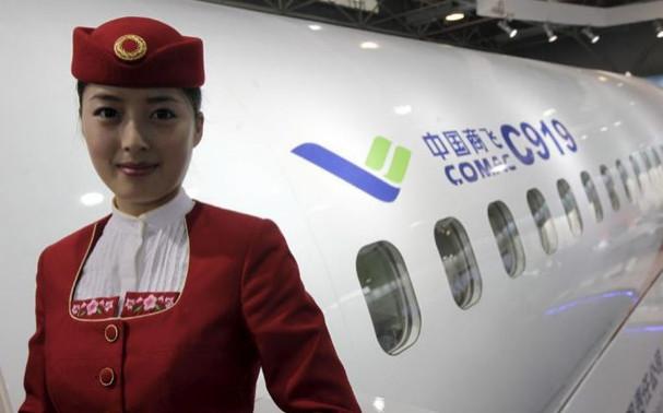 ¡China presenta su primer gran avión de pasajeros para competir con Airbus y Boeing!