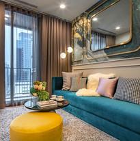 ห้อง Living room และห้องนอนแยกเป็นสัดส่วน สามารถเชื่อมต่อระเบียงกว้างได้ โดยภายในห้องนอนมีขนาดพอให้วางเตียงนอนขนาด Queen Size, ตู้เสื้อผ้า และยังได้แสงธรรมชาติที่ผ่านประตูกระจกบานใหญ่