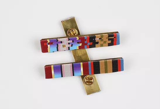 badge - threads and brass - 7 x 2 cm - Photo rights Shenkar
