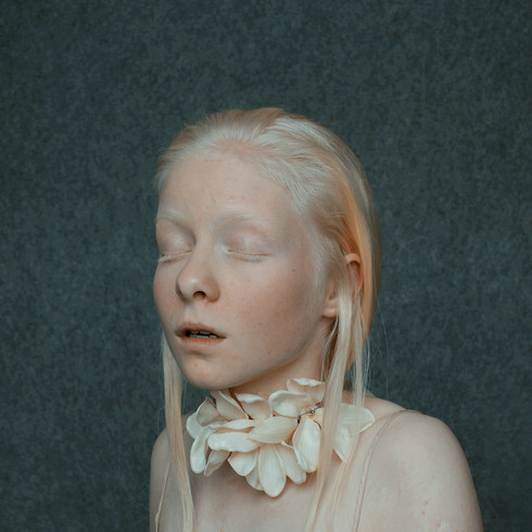 Necklace - silver, plastic – 23 x 10 x 23 cm – Photo rights Annamaria Mikulik