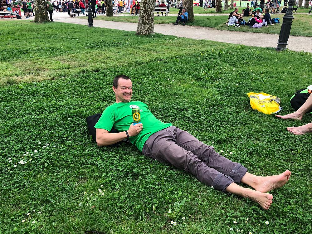paše se valjat po travi ...