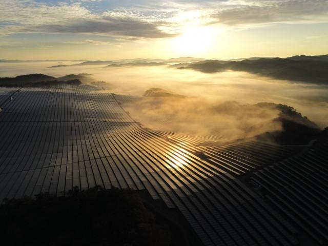 山林を切り開いての太陽光発電(イメージ)