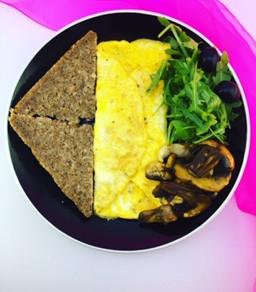 Praženica s kozím syrom a semienkami (recept na zdravé raňajky)