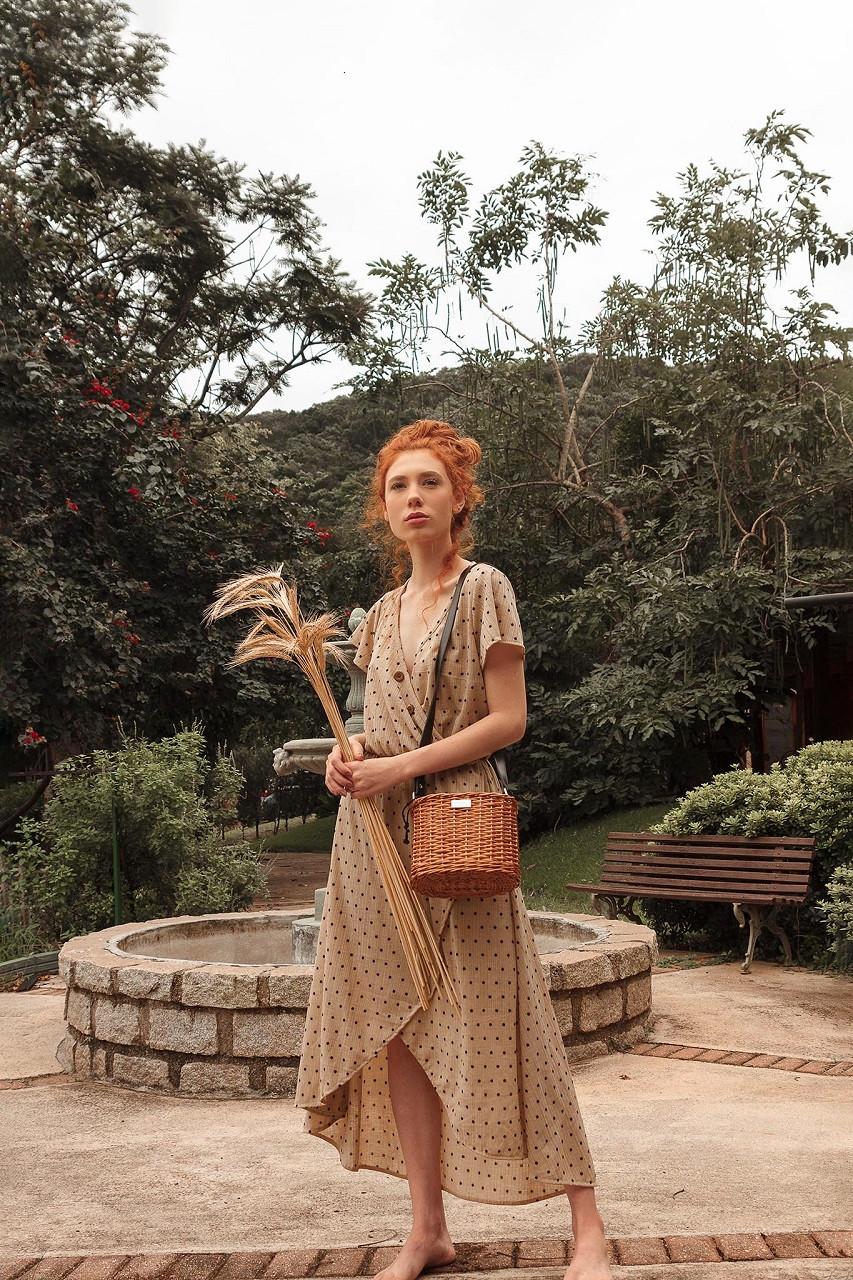 Bolsa de palha de vime com vestido de poá