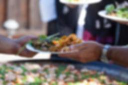 Service classique d'une Paella. Le TOUCANS Paellas peut aussi servir ses délicieuses Paellas à table