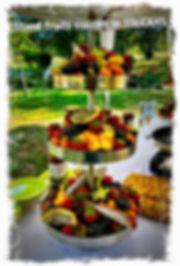 Stand pour fruits coupés à déguster avec des pics. Le TOUCANS PAELLA traiteur exotique