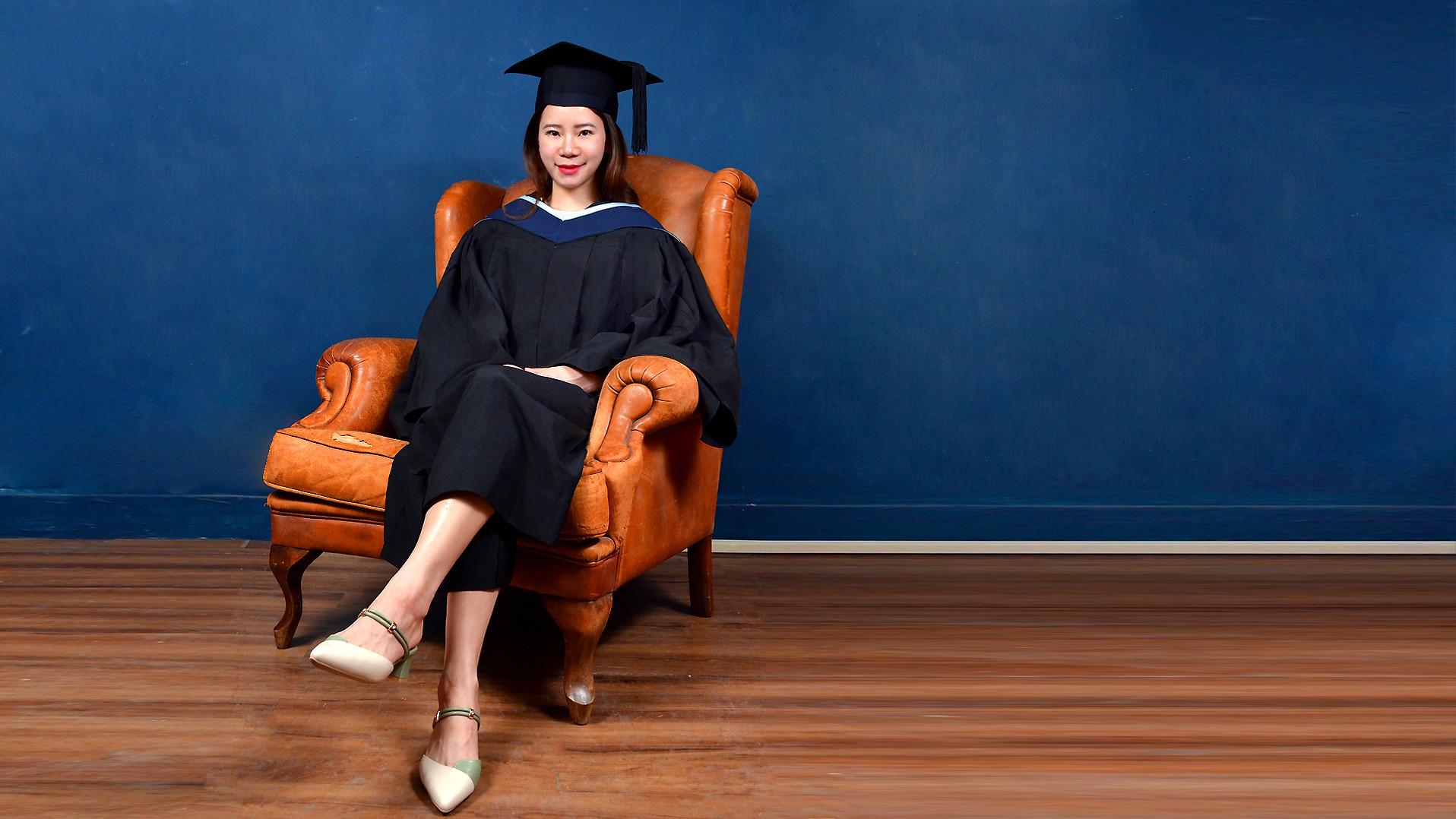 The University of Hong Kong (HKU) Master Graduation Gown | HKU Academic Dress and Academic Regalia | Rent or Buy | HKU graduation gown | HKU academic dress | HKU gown  香港大學畢業袍 |  港大畢業袍  | 學士畢業袍、碩士畢業袍、博士袍畢業袍