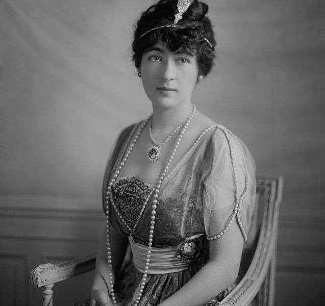 the hope diamond blue diamond set in diamond necklace worn by American heiress Evelyn Walsh McLean