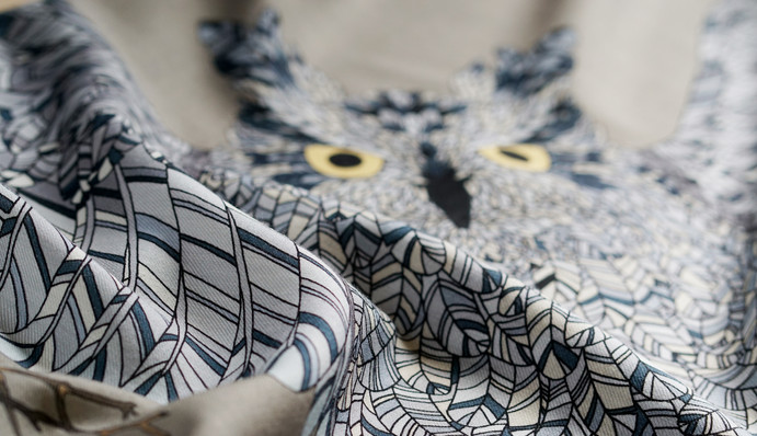 """Design textile d'un grand châle en laine """"Gare à toi, petite souris"""" pour """"Ania Axenova – Paris"""" / Hibou géant"""