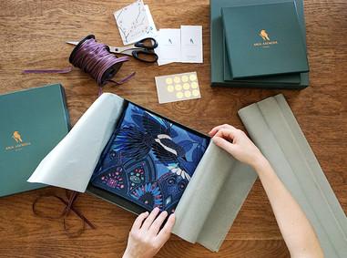 """Packaging de châle """"Chasseuses de trésors"""" pour """"Ania Axenova – Paris"""""""
