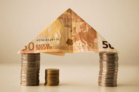Cette image représente le symbole de la possibilité de réduire ses impôts grâce à l'immobilier