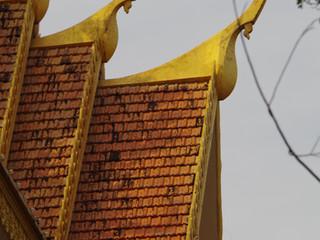 Les tuiles losangées cambogiennes et mon petit plaisir pour les céramiques architecturales.