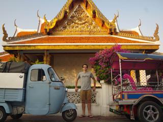 Un triporteur parmi les Tuktuks de Bangkok