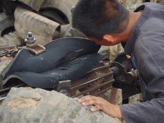 Les savoir-faire du recyclage, les tailleurs de pneus