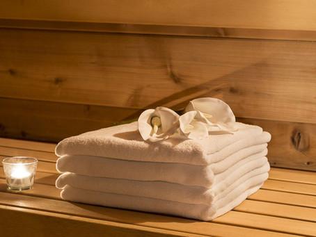 9 věcí, co s sebou do sauny a co nechat doma